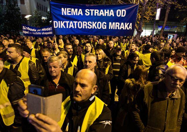 Des protestataires à Podgorica portent des gilets jaunes