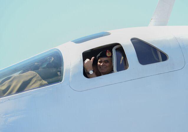 Le ministre vénézuélien de la Défense Vladimir Padrino Lopez à bord d'un Tu-160