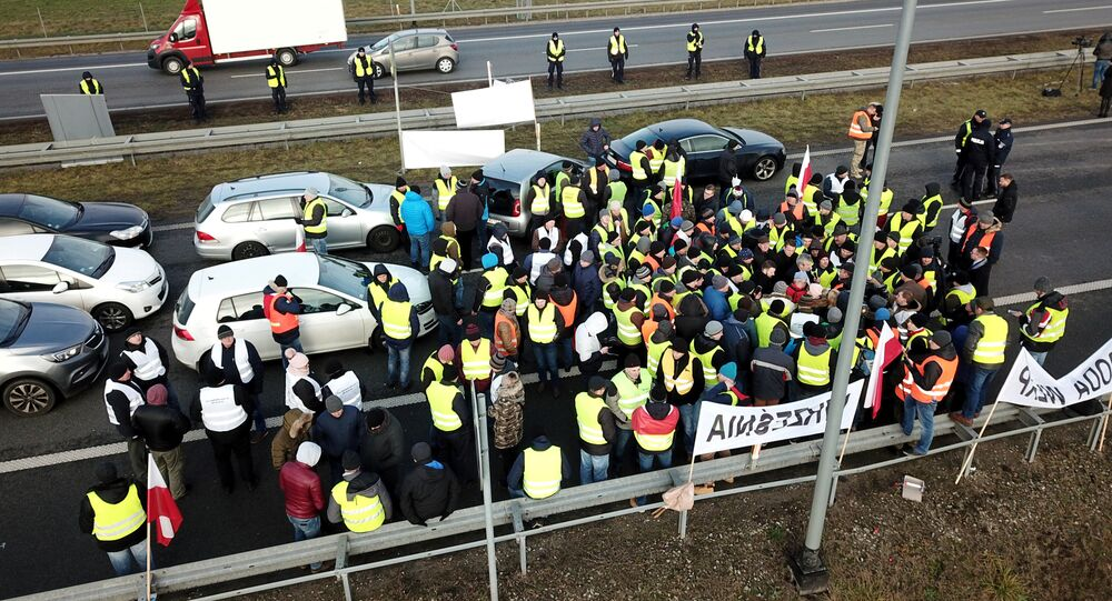 «On proteste à la française»: les Gilets jaunes s'exportent en Pologne