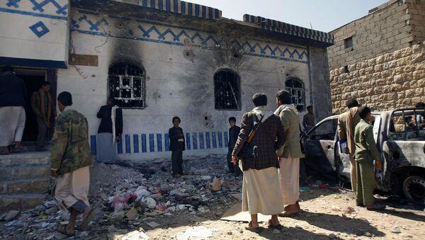Yemenis look at a building damaged during a police raid on a hideout of al-Qaida militants in Arhab region, north of Sanaa, Yemen. (File) - Sputnik France
