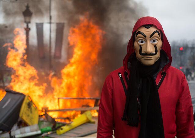 Un homme portant un masque