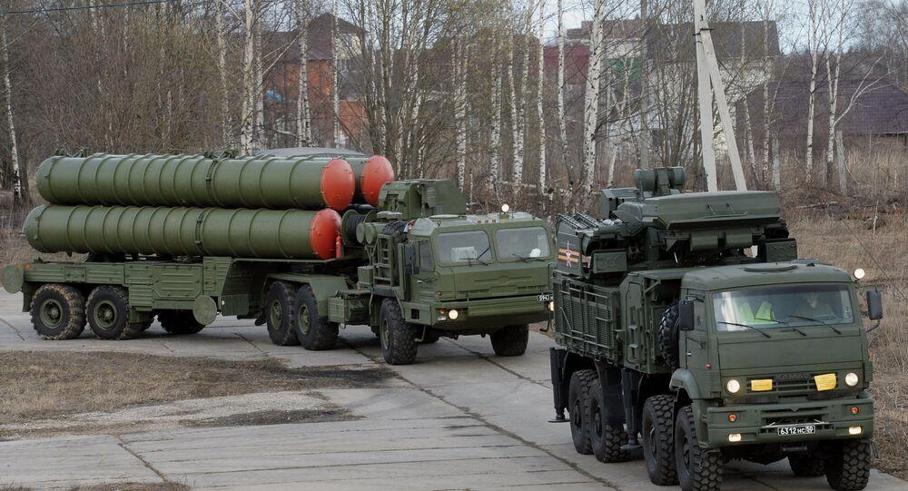 Une batterie de S-400 (en arrière-plan) et un système Pantsir-S1