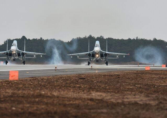Deux chasseurs Sukhoi se posent à l'aérodrome de Belbek, non loin de Sébastopol