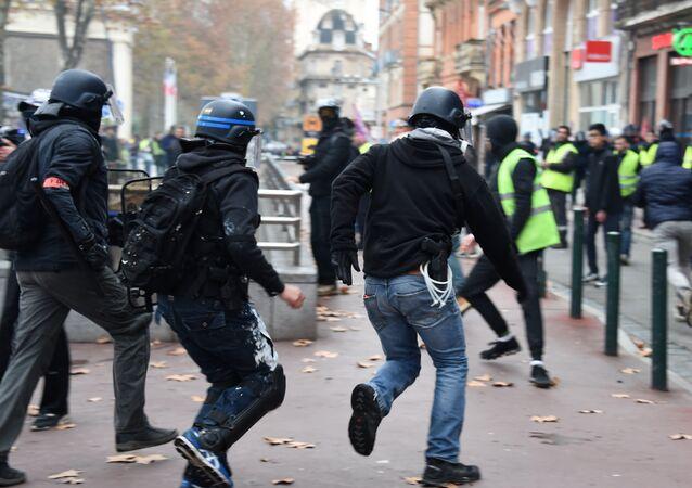 Des policiers en civil lors d'une manifestation des Gilets jaunes à Toulouse, le 15 décembre 2018