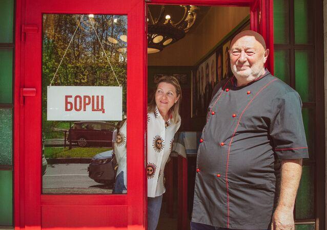 Le restaurateur Serguei Gutzeit au seuil de son restaurant Bortsch