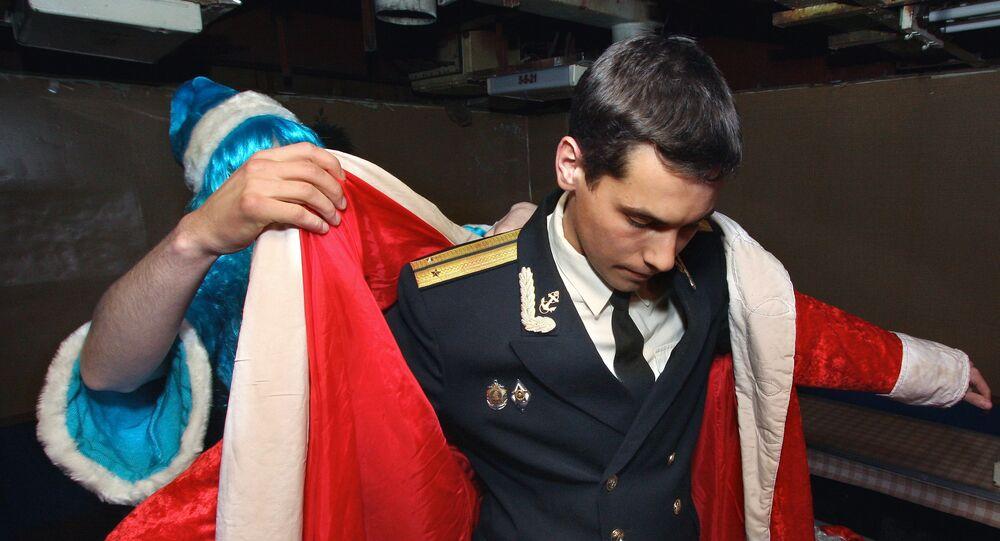 Un marin se déguise en Père Gel