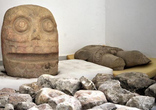 un statue en pierre du dieu Xipe Totec
