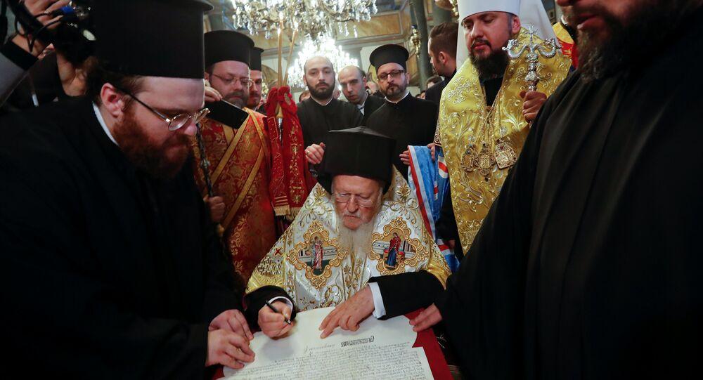 Le patriarche de Constantinople Bartholomée signe le tomos d'autocéphalie de l'Église ukrainienne