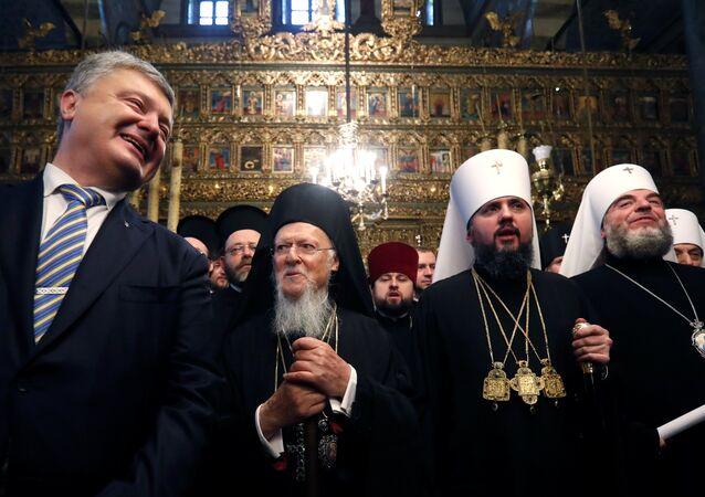 Le Président ukrainien et le patriarche Bartholomée  lors de la cérémonie de signature du tomos accordant l'autocéphalie à l'Église orthodoxe d'Ukraine