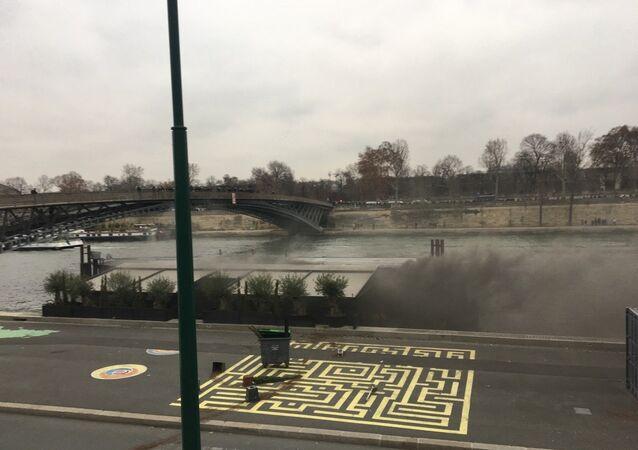 Une péniche en feu sur le quai Anatole-France pendant l'acte 8 des Gilets jaunes