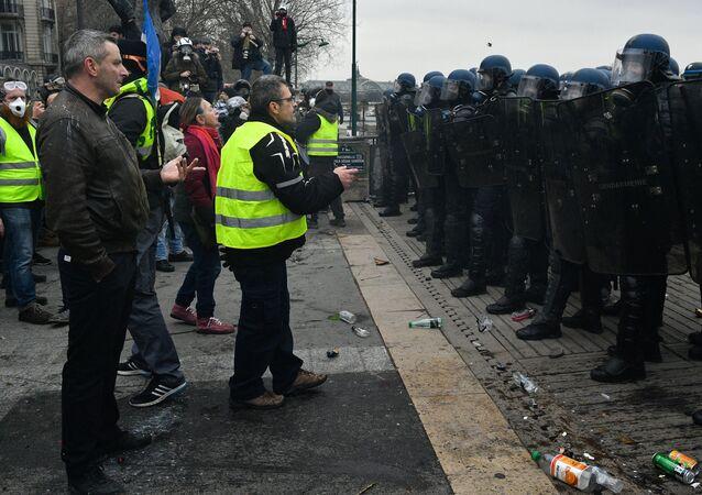 Акция протеста жёлтых жилетов в Париже