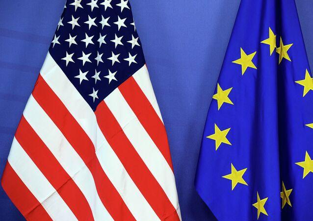 Les drapeaux des USA et de l'UE