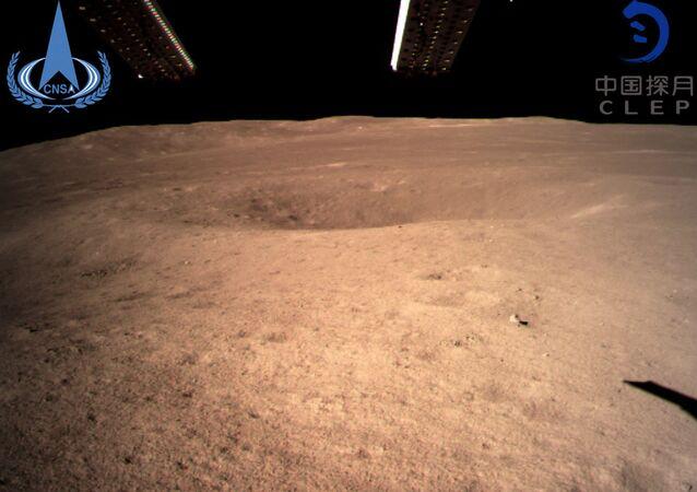 La première image de la face cachée de la Lune prise par la sonde chinoise Chang'e 4