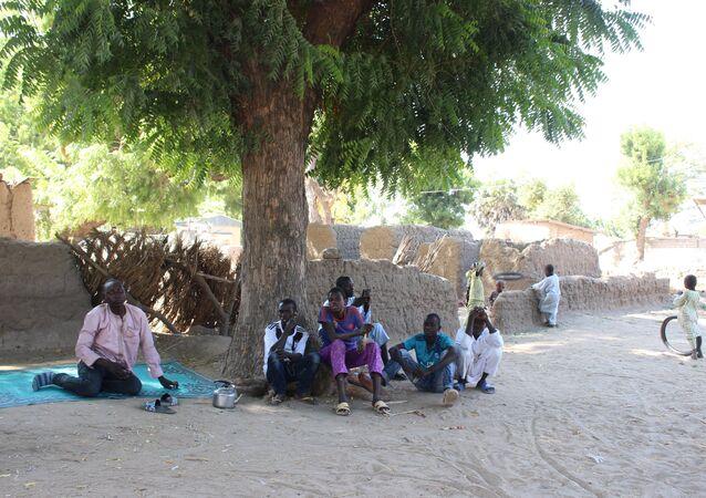 Des enfants sous un arbre à Limani, Cameroun