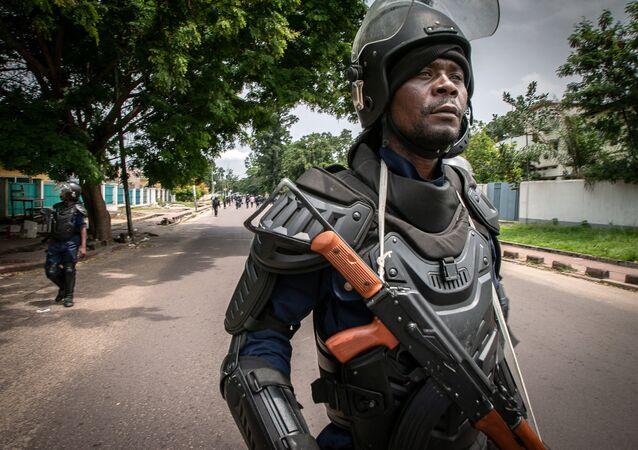 Policier congolais d'une brigade anti-émeute après les élections présidentielles en RDC