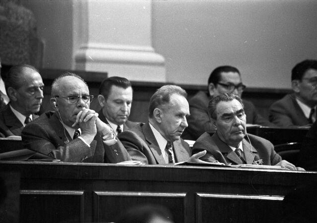 Conseil suprême de l'URSS (juillet 1973) avec la participation du Secrétaire général du Parti communiste Leonid Brejnev (à droite)