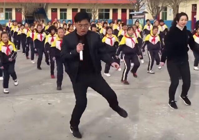 Le directeur d'une école chinoise apprend à ses élèves… à danser!