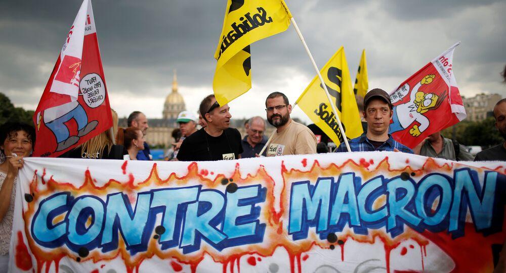 Des manifestants arborent une pancarte «Contre Macron»