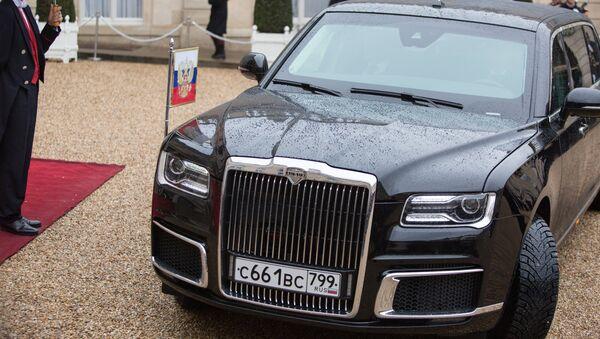 La limousine Aurus Senat du Président Poutine devant le Palais de l'Elysée à Paris - Sputnik France