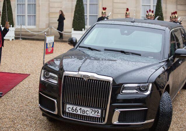 La limousine Aurus Senat du Président Poutine devant le Palais de l'Elysée à Paris