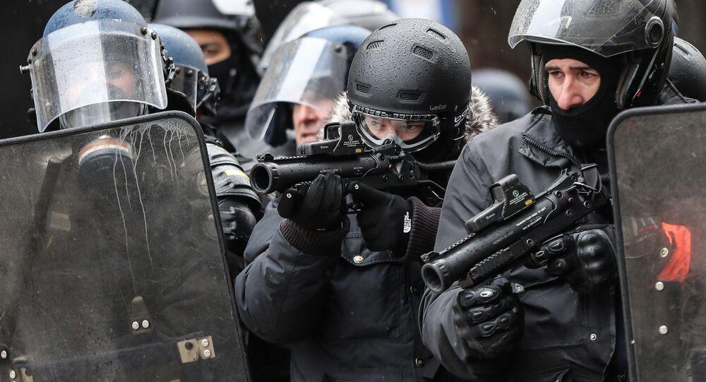 Des policiers avec des LBD lors d'une manifestation des Gilets jaunes à Paris