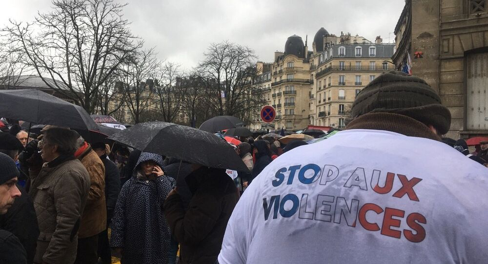 Dénonçant les violences en marge de la mobilisation des Gilets jaunes, les Foulards rouges défilent à Paris