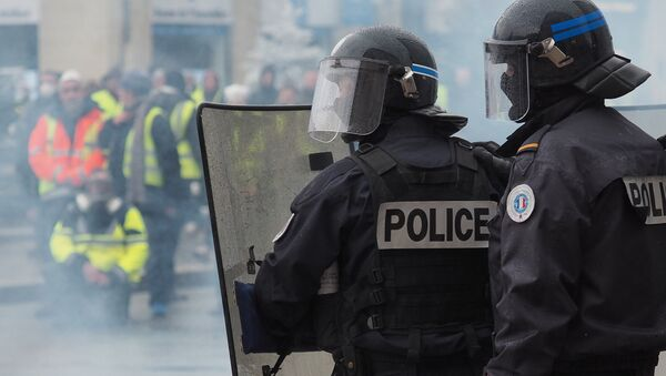 Yellow vests (Gilets jaunes) protesters stand in front of French riot police during a demonstration against rising oil prices and living costs in Tours, central France on December 1, 2018. - Sputnik France