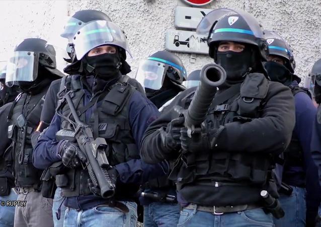 Policiers armés de LBD
