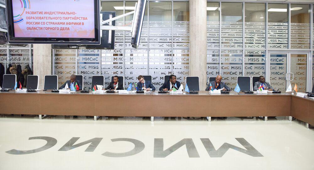 Représentants de la République démocratique du Congo (RDC) et de la Centrafrique (droite) lors de la signature du Protocole de compréhension mutuelle et de coopération entre l'Université nationale technologique de recherches MISIS et 20 pays africains