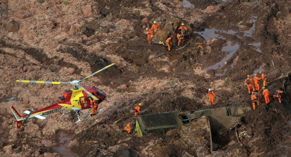 Les secouristes sur le site de la digue rompue de la compagnie Vale au Brésil