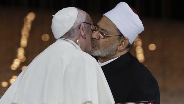 Pape Françoiss embrasse le Cheikh Ahmed el-Tayeb, le Grand Imam d'Al-Azhar d'Egypte - Sputnik France