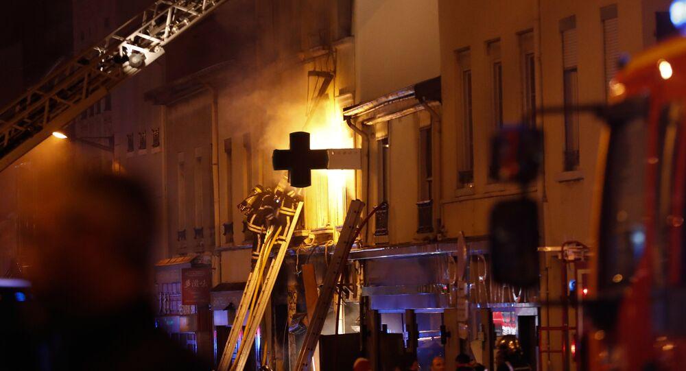 Des pompiers luttent contre un incendie provoqué par une explosion dans un immeuble de Lyon (9 fevrier 2019)