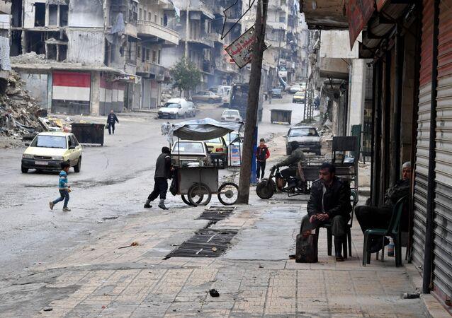 Des habitants locaux sur une rue d'Alep