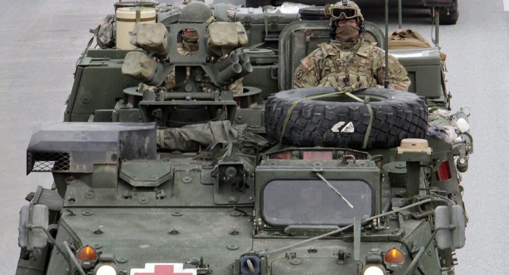 Des Stryker américains faisant leur entrée à Riga