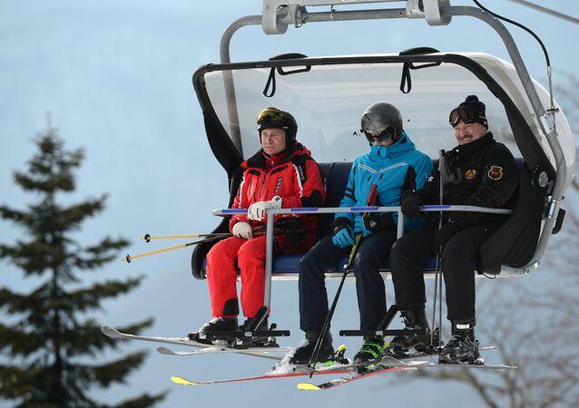 Apparition surprise: Poutine et le Président biélorusse sur les pistes de ski