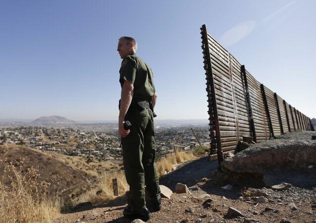 Un militaire US à la frontière entre les États-Unis et le Mexique