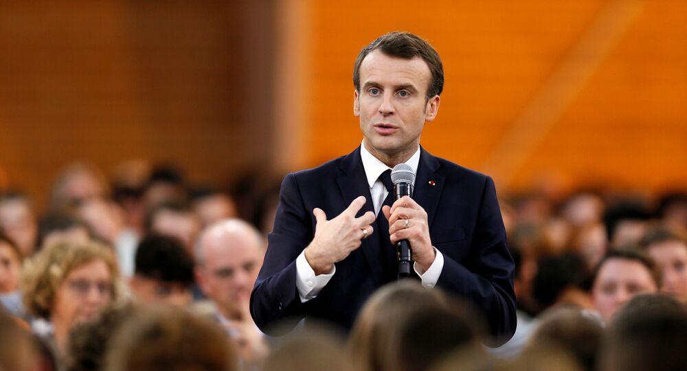 Emmanuel Macron lors d'une rencontre avec des jeunes à Etang-sur-Arroux (7 février 2019)