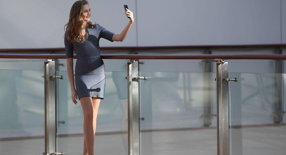 Une participante à l'audition du concours Miss Russia 2019  en train de prendre un selfie, à Moscou.