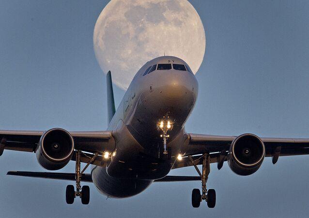 Un avion sur fond de super Lune