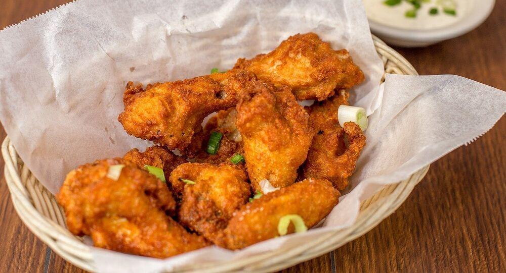 Un panier d'ailes de poulet