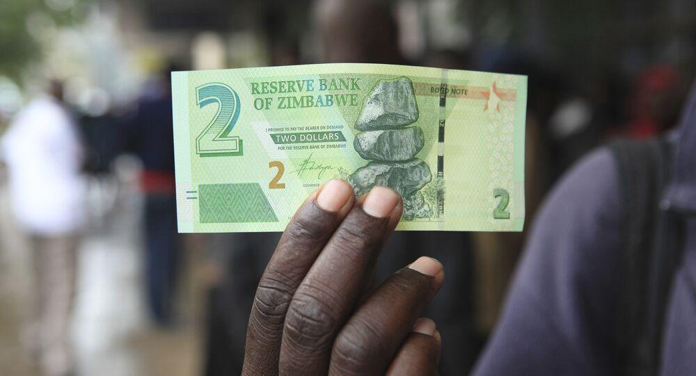 un billet introduit par la Banque de réserve du Zimbabwe à Harare, 2016