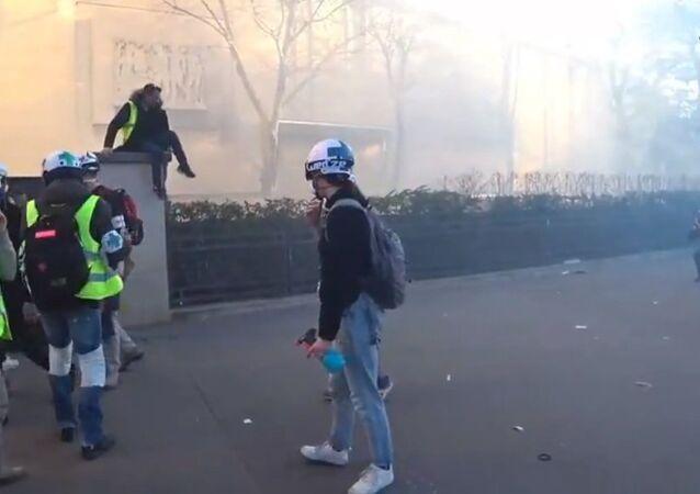 La police a fait usage de gaz lacrymogène contre les Gilets jaunes lors de l'acte 15