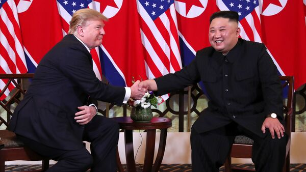 U.S. President Donald Trump and North Korean leader Kim Jong Un shake hands before their one-on-one chat during the second U.S.-North Korea summit at the Metropole Hotel in Hanoi, Vietnam February 27, 2019 - Sputnik France