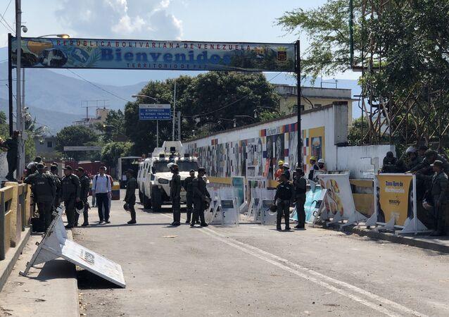 Des officiers de la Garde nationale vénézuélienne sur le pont Simon Bolivar, reliant le Venezuela à la Colombie