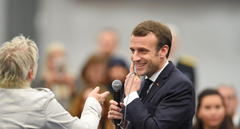 Emmanuel Macron lors d'une rencontre avec une activiste des Gilets jaunes