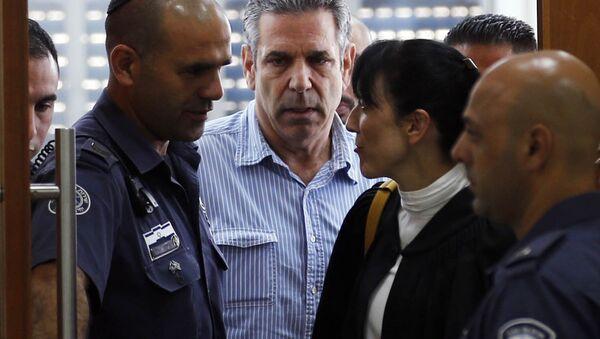 Gonen Segev (au centre), ex-ministre israélien accusé d'espionnage au profit de l'Iran - Sputnik France