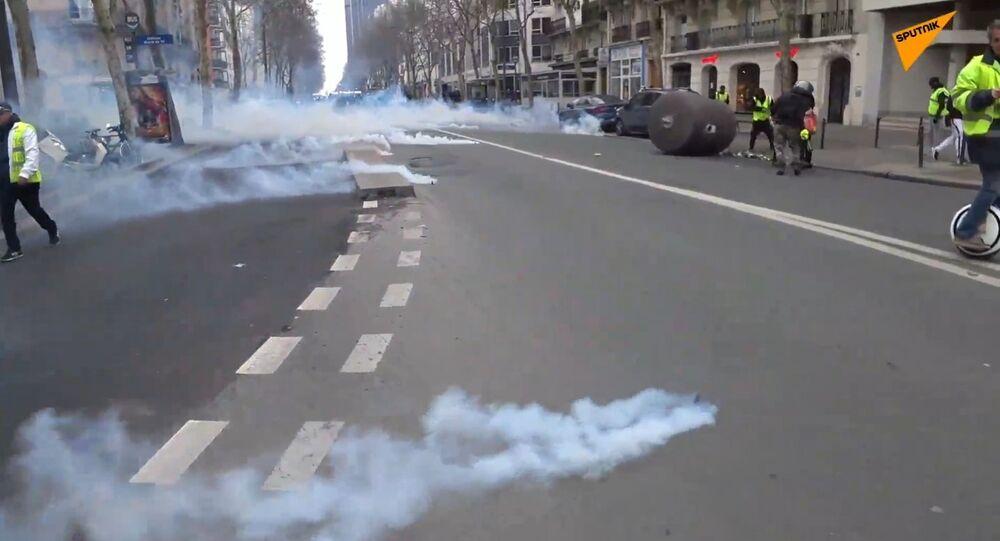 Recours au gaz lacrymogène lors de l'acte 16 à Paris