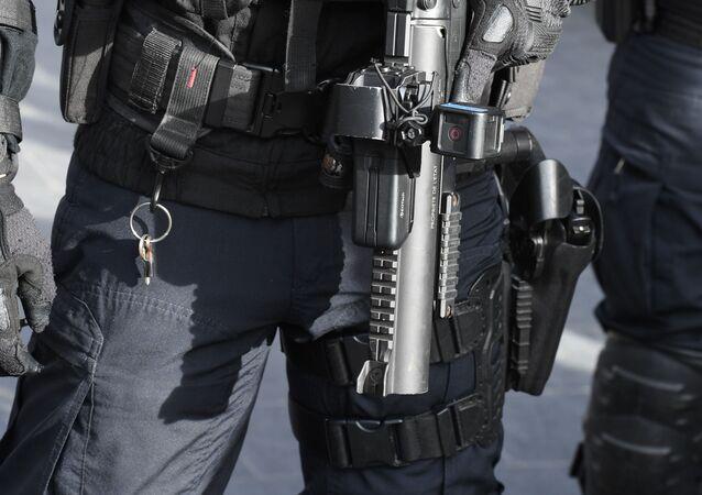 Un policier avec un LBD