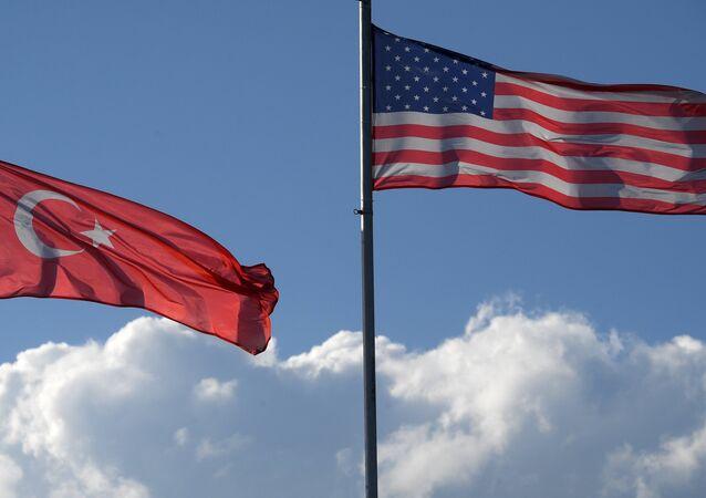 Les drapeaux turc et américain