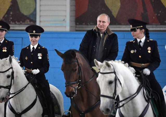 Poutine monte à cheval pour souhaiter une bonne Journée de la femme à des policières